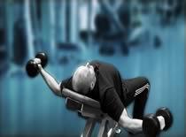 Jak ćwiczyć mięśnie klatki - rozpiętki ze sztangielkami leżąc na ławce