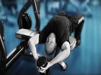 Jak ćwiczyć mięśnie klatki - przenoszenie sztangielki nad głową leżąc