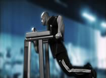 Jak ćwiczyć mięśnie klatki piersiowej - pompki na poręczach