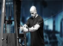 Jak ćwiczyć mięśnie klatki - krzyżowanie linek wyciągu stojąc