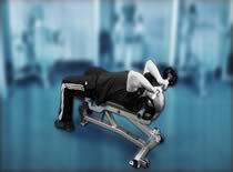 Jak ćwiczyć mięśnie ramion - francuskie wyciskanie sztangi leżąc