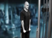 Jak ćwiczyć mięśnie ramion - prostowanie ramion na wyciągu stojąc