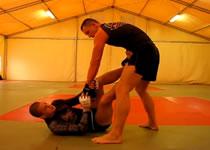 Jak obezwładnić atakującego z pozycji leżącej - grappling
