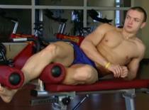 Jak trenować mięśnie brzucha - skłony boczne na ławce