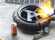 Jak nałożyć oponę na koło w skuterze przy pomocy WD 40