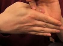 Jak wykonać klasyczną sztuczkę z kciukiem