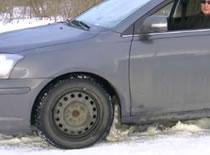 Jak hamować samochodem na śniegu
