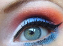 Jak zrobić odważny makijaż w niebieskich i czerwonych barwach