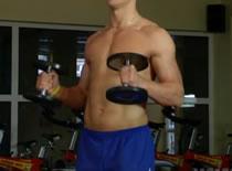 Jak trenować bicepsy - uginanie przedramion ze sztangielkami