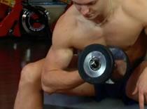 Jak trenować bicepsy - uginanie przedramienia w oparciu o kolano