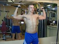 Jak trenować bicepsy - uginanie przedramion na wyciągu górnym