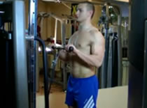 Jak trenować bicepsy - uginanie nachwytem na wyciągu