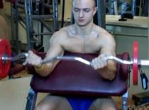Jak trenować bicepsy - uginanie sztangą na modlitewniku