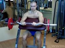 Jak trenować bicepsy - uginanie na modlitewniku nachwytem