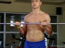 Jak trenować bicepsy - uginanie przedramion sztangą podchwytem