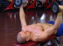 Jak ćwiczyć mięśnie klatki - rozpiętki na ławce poziomej