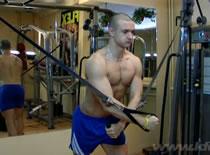 Jak ćwiczyć mięśnie klatki - ściąganie linek wyciągu górnego