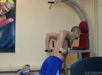 Jak ćwiczyć mięśnie klatki - pompki na poręczach