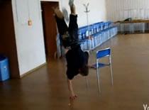 Jak nauczyć się skakania na ręce w breakdance