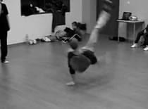 Jak rozciągać się przed ćwiczeniami parkour i breakdance