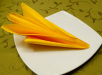 Jak ozdobić stół - składanie serwetek w żółtą orchideę