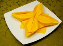 Jak ozdobić stół - składanie serwetek w gwiazdę betlejemską
