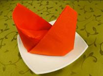 Jak ozdobić stół - składanie serwetek w czapkę biskupa