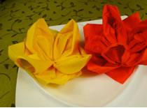 Jak ozdobić stół - składanie serwetek w kształt róży