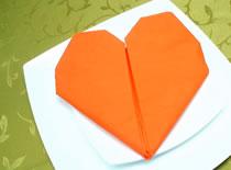 Jak ozdobić stół - składanie serwetek w serce