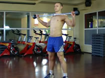 Jak wykonywać ćwiczenia pleców - skłony ze sztangą na barkach