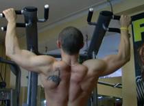 Jak wykonywać ćwiczenia pleców - podciąganie na drążku do klatki
