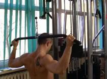 Jak wykonywać ćwiczenia pleców - ściąganie drążka za głowę
