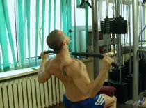 Jak wykonywać ćwiczenia pleców - ściąganie drążka do klatki