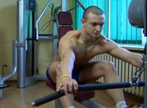 Jak wykonywać ćwiczenia pleców - wiosłowanie na wyciągu dolnym