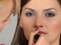 Jak wykorzysać metalizujące cienie w makijażu codziennym
