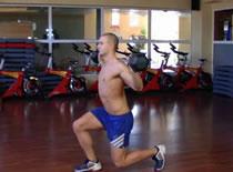 Jak wykonywać ćwiczenia na nogi - wykroki ze sztangą