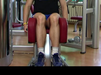 Jak wykonywać ćwiczenia na nogi - odwodzenie na maszynie