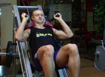 Jak wykonywać ćwiczenia na nogi - przysiad na maszynie