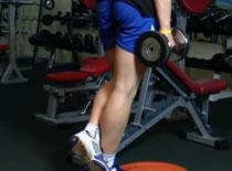 Jak wykonywać ćwiczenia na nogi - wspięcia ze sztangielkami