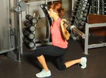 Jak wykonywać ćwiczenia nóg - wykrok ze sztangą