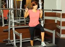 Jak wykonywać ćwiczenia nóg - wchodzenie na pudło ze sztangą