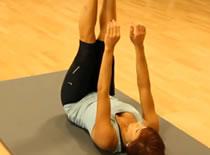 Jak wykonywać ćwiczenia brzucha - brzuszki do stóp