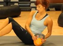 Jak wykonywać ćwiczenia brzucha - rotacja korpusu