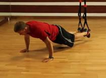 Jak ćwiczyć różne partie mięśni - podciąganie kolan na TRX