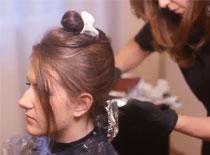 Jak wykonać dekoloryzację i farbowanie włosów na brąz