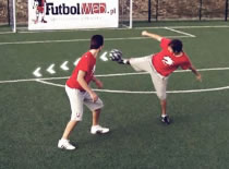 Jak grać w streetsoccer - ominięcie z przerzutem piłki