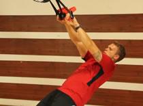 Jak ćwiczyć mięśnie klatki piersiowej - rozpiętki na TRX
