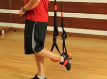 Jak wykonywać ćwiczenia nóg - przysiad na na TRX