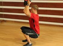 Jak wykonywać ćwiczenia nóg - przysiad z TRX
