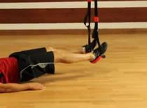 Jak wykonywać ćwiczenia nóg - uginanie nóg na TRX